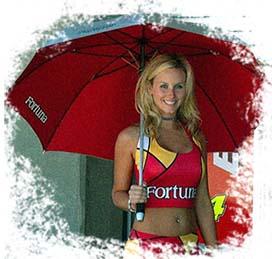 Зонт с логотипом в руках у девушки